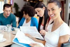 Studentin mit Freunden an Stockbilder
