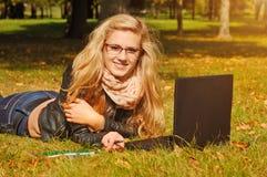 Studentin mit Notizbuch Lizenzfreie Stockfotos