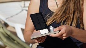 Studentin mit Solarzellenplatte in der Hand an der Außenseite lizenzfreies stockbild