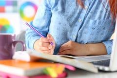 Studentin oder Designer, die Skizzen machen Lizenzfreie Stockfotos