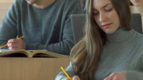 Studentin stellt irgendeine Frage zum männlichen Mitschüler stock footage