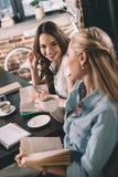 Studentinnen, die Gespräch beim zusammen studieren haben Lizenzfreie Stockfotografie