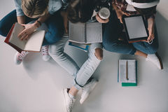 Studentinnen, die zusammen studieren Lizenzfreies Stockbild