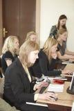 Studentinnen im Klassenzimmer Lizenzfreie Stockbilder
