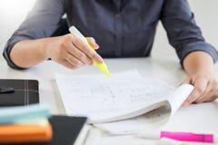 Studentinschreiben im Tagebuch oder Lesekünstlerische Literatur tun stockbilder