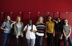 Studentkamratskap på skolan tillsammans royaltyfri foto
