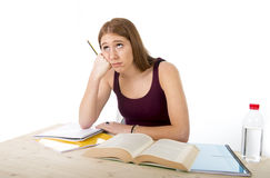 Studentmeisje het bestuderen zich voor universitair examen maakte in vermoeid spanningsgevoel en testdruk ongerust Stock Fotografie
