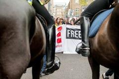Studentprotest mot utbildningsavgifter och snitt - London, UK royaltyfria bilder