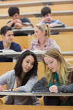 Students learning and talking in a lecture hall Royalty Free Stock Photos