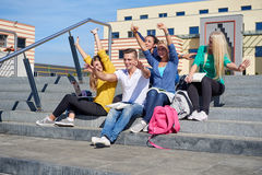 Students outside sitting on steps Royalty Free Stock Photography