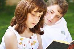 Students.Portrait ślicznych dzieciaków czytelnicze książki w naturalnym environ zdjęcie stock