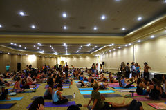 Students talk and gather before the start of large yoga class fe Stock Images