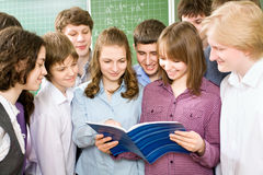 Students to read textbook Royalty Free Stock Image