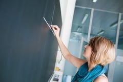 Studentschreiben auf der Tafel Stockfoto