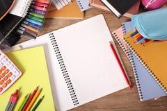 Studentskolaskrivbord med den öppna anteckningsboken för mellanrum som studerar, läxabegrepp, kopieringsutrymme Royaltyfria Foton