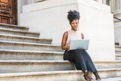 Studentstudieren des jungen Afroamerikaners weibliches, arbeitend stockbild