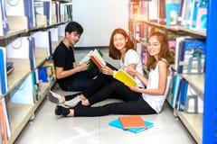 StudentTeenage Group Reading bok royaltyfria foton