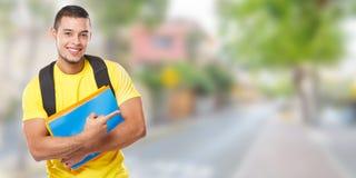Studentutbildningsvisning som pekar folk för ung man för annons för annons för marknadsföring för utrymme för kopia för stadbaner fotografering för bildbyråer