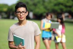 Studentverschiedenartigkeit auf Universitätsgelände Stockbilder