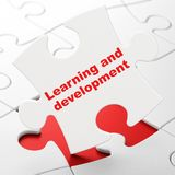 Studera begrepp: Lära och utveckling på pusselbakgrund Royaltyfri Fotografi