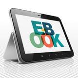 Studera begrepp: Minnestavladator med EBook på skärm Royaltyfri Foto