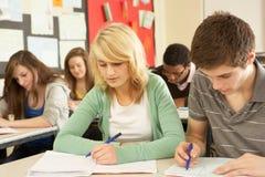 studera för deltagare som är tonårs- royaltyfri bild