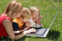 studera för familjbärbar dator arkivfoto