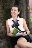 studera för högskolaflicka som utomhus är tonårs- Arkivfoton