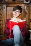 Studera för kvinna som placeras på golvet Royaltyfri Bild