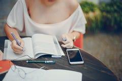 studera för kvinnlig deltagare Arkivfoto