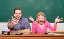 Studera i högskola eller universitet Koppla ihop vänstudenter som studerar universitetet Förvåna svar hårt studera Hur är royaltyfria foton