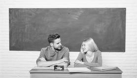 Studera i h?gskola eller universitet Applicera f?r fritt program Koppla ihop v?nstudenter som studerar universitetet enjoying arkivbilder