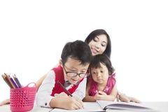 Studera tillsammans hemma Royaltyfri Fotografi