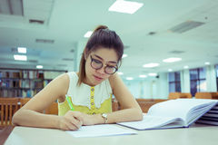 Studera utbildning, kvinnan som skriver ett papper, funktionsdugliga kvinnor Royaltyfria Foton