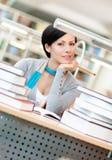 Studi dell'allievo femminile al corridoio della lettura Immagine Stock