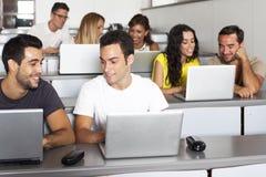 Studiando con il computer nella stanza di classe Immagine Stock Libera da Diritti