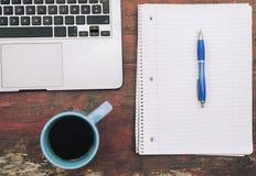 Studiando con il concetto del blocco note, del computer e del caffè Fotografia Stock