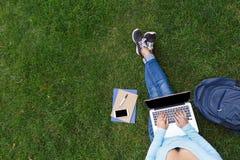 Studiando nell'erba Immagini Stock