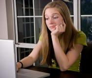 Studiando o praticando il surfing il Web? fotografie stock libere da diritti