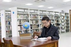Studie in een bibliotheek Stock Foto