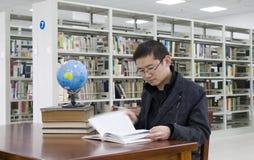 Studie in een bibliotheek Stock Foto's