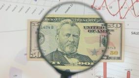 Studie einer Banknote fünfzig Dollar, erhöhend mithilfe einer Lupe stock footage
