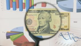 Studie einer Banknote zehn Dollar, erhöhend mithilfe einer Lupe stock video footage