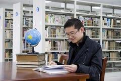 Studie in einer Bibliothek Stockfoto