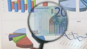 Studie eines Euros der Banknote zwanzig, erhöhend mithilfe einer Lupe stock video footage