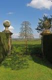 Studie eines Landhaus-Steintors und Land arbeiten im Garten Lizenzfreies Stockfoto