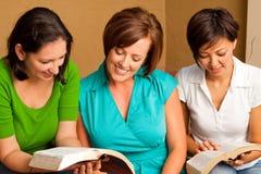 Studie för bibel för grupp för kvinna` s liten Mångkulturell liten grupp arkivbilder