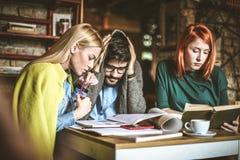 Studie ist schwierig Junge Kursteilnehmer lizenzfreies stockfoto
