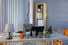 Studie med det rumsrena skrivbordet Royaltyfri Foto