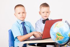 Studie over computer twee jongens op school stock foto's